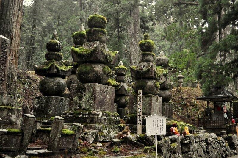 Огромное кладбище монахов в Японии у подножия горы Коя-сан