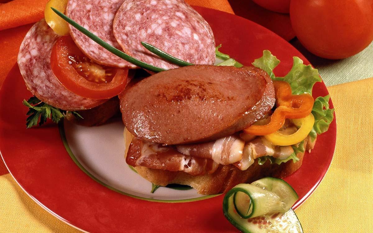 11. Бутерброды с колбасой В состав колбасы и ветчины входит множество вредных компонентов, некоторые