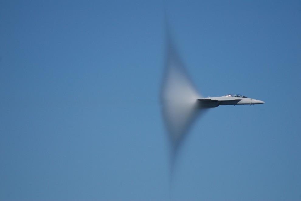 3. Представьте объект, движущийся на околозвуковой скорости. Околозвуковая скорость отличается от ск
