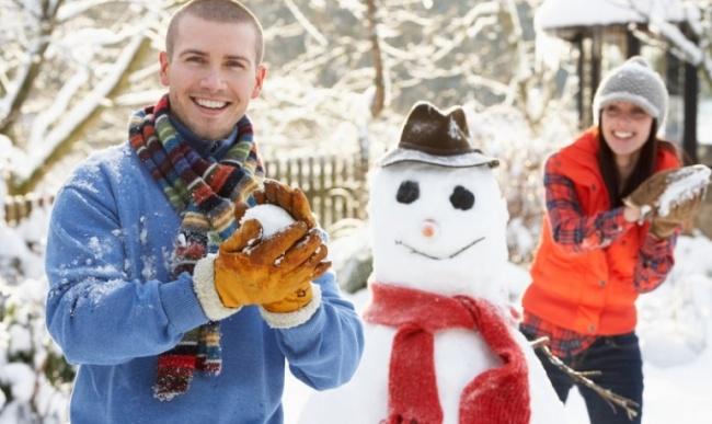 Снеговик может стать отдельной темой для десятка новых фото. Придумайте сдетьми забавного снеговика