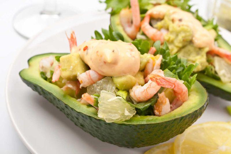 2. Оливье с креветками, авокадо и домашним майонезом Вам понадобятся: Для салата: 200 г отваренных и