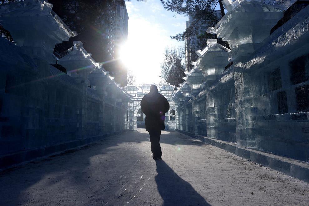 10. Разноцветное освещение ледяных строений превращает это место в настоящий сказочный город. (