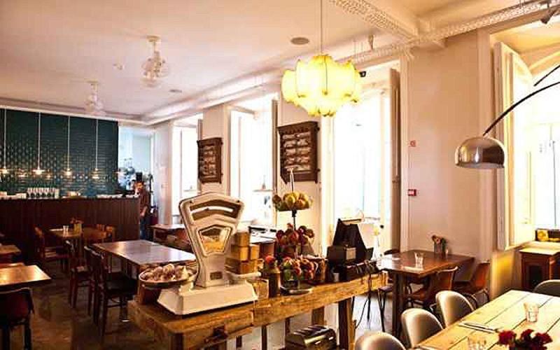 Цены: от 10,92 евро за место в общей комнате и от 85 евро за сьют. Дизайн хостела — это сочетание со