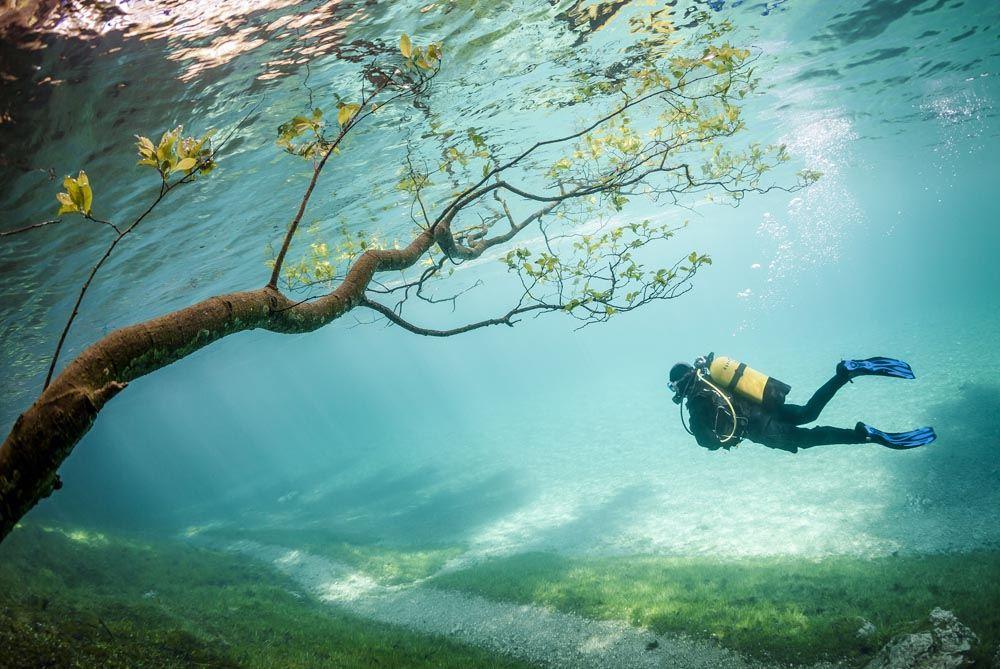С немецкого «Грюнер-Зее» переводится как «зеленое озеро», и действительно, оно имеет бирюзовый оттен