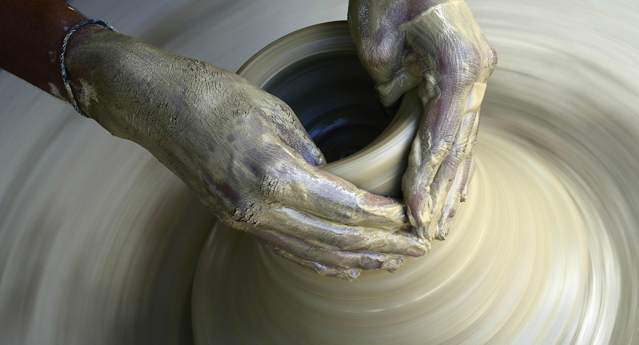 glina-gonchar-ruki-keramika.jpg