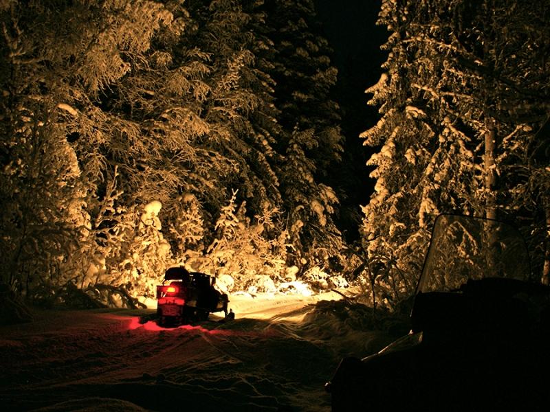 Управление снегоходом ночью