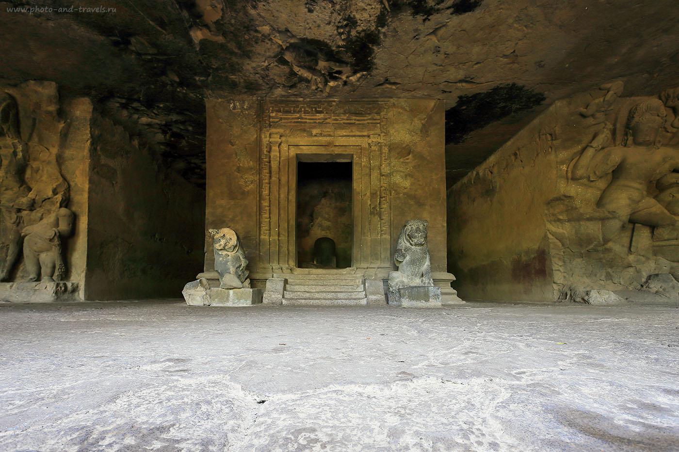 14. Шивалингам в восточном зале. Рассказ про экскурсию в пещеры Элефанта. Как посмотреть достопримечательности Мумбаи и отдохнуть в Гоа в течение одного путешествия в Индию самостоятельно. Отзывы туристов. (17-40, 1/4, 0eV, f9, 17mm, ISO 100)