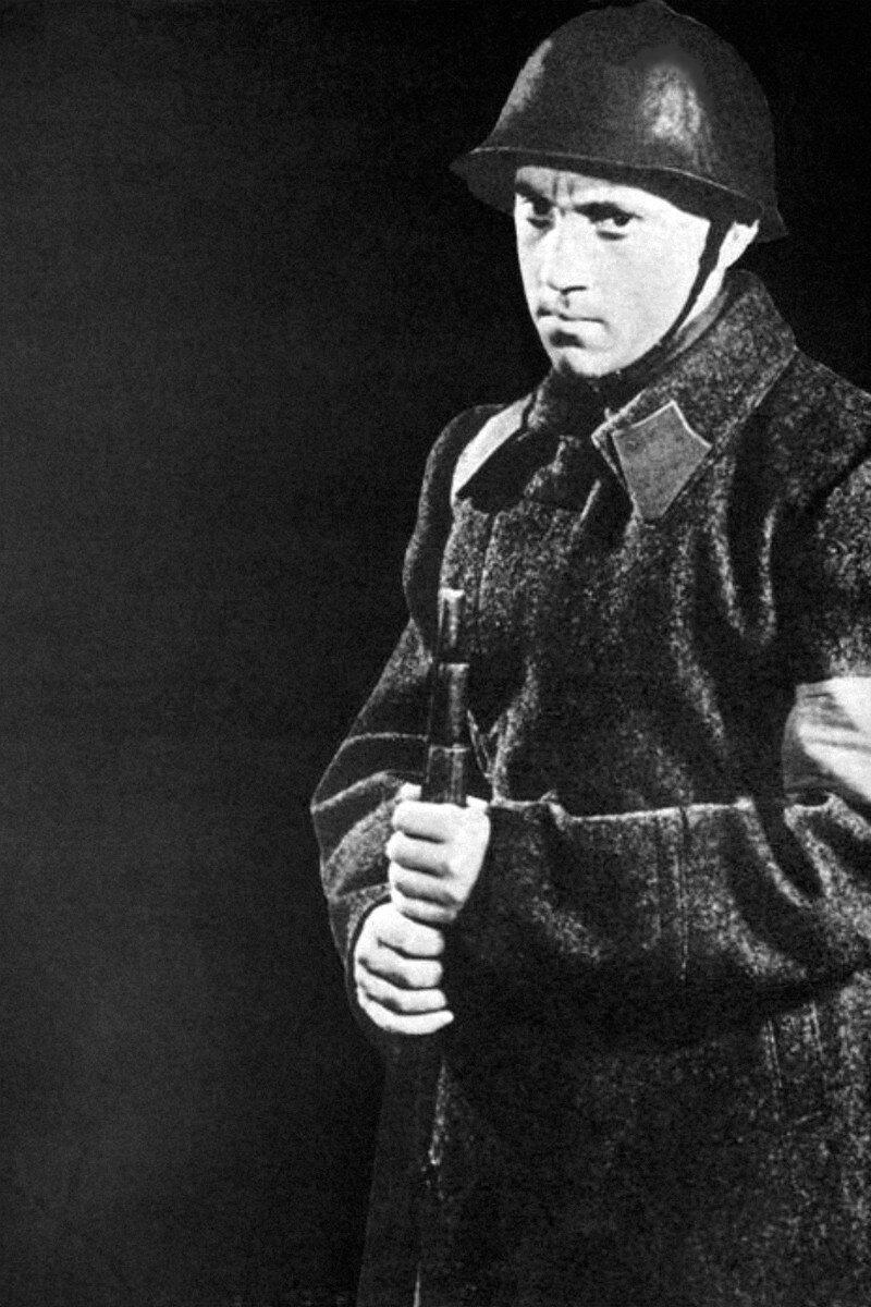 1958. Владимир Высоцкий в выпускном спектакле 4-го курса школы-студии МХАТ «Гостиница Астория». Фото В.Перельман
