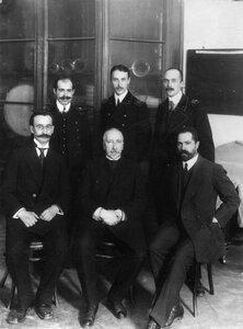 Группа студентов-выпускников с профессорско-преподавательским составом института.