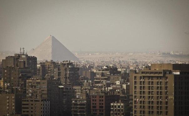пирамида среди зданий