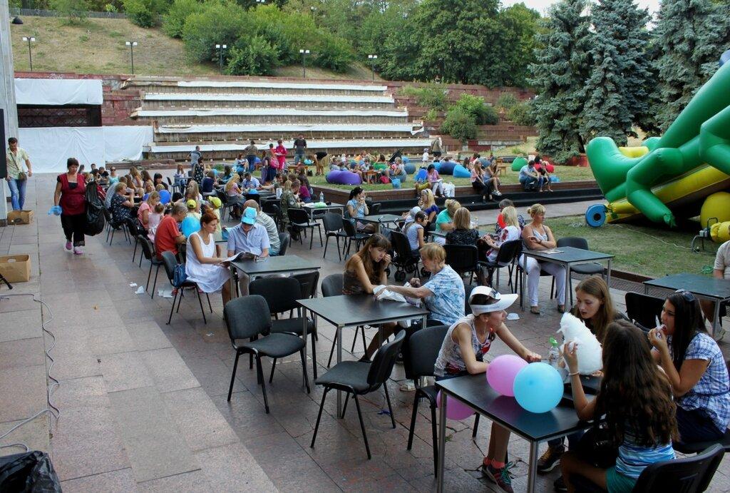 Посетители фестиваля мороженого за столиками