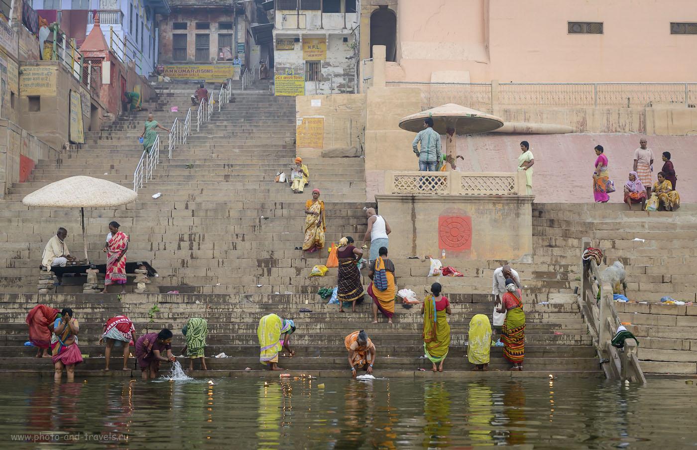 Фотография 16. Паломники совершают утреннюю пуджу на реке Ганга в Варанаси. 1/320, 3.2, 800, 56.