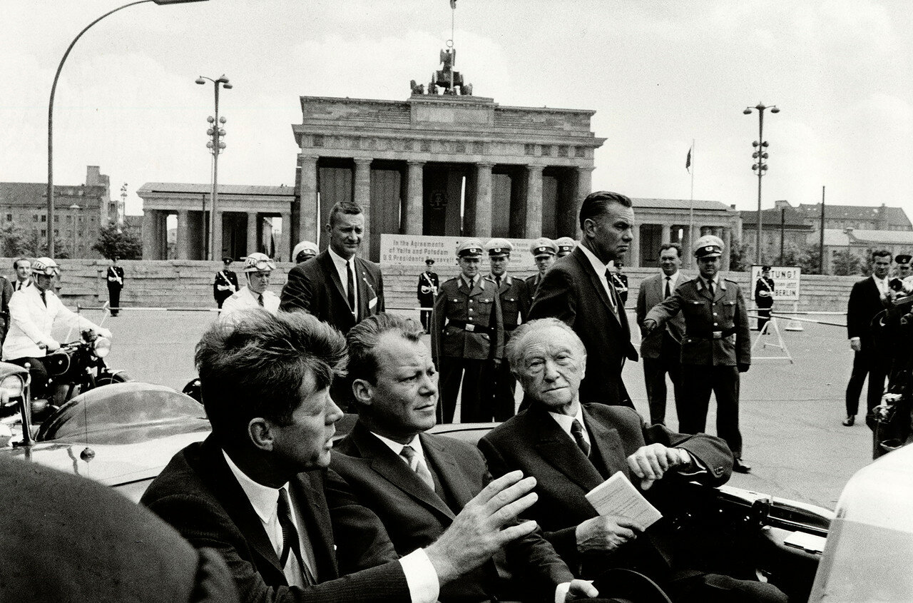 26 июня 1963. Джон Кеннеди, Конрад Аденауэр и и бургомистр Западного Берлина Вилли Брандт прибыли к Бранденбургским воротам