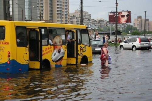 «Наводнение» на Левобережной летом 2009 года из-за сильных ливней и не работающей ливневой канализации.