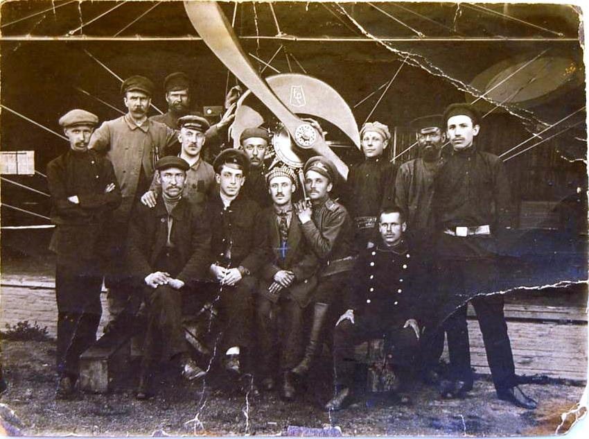 Группа рабочих у аэроплана Моран-Парасоль с мотором Рон.jpg
