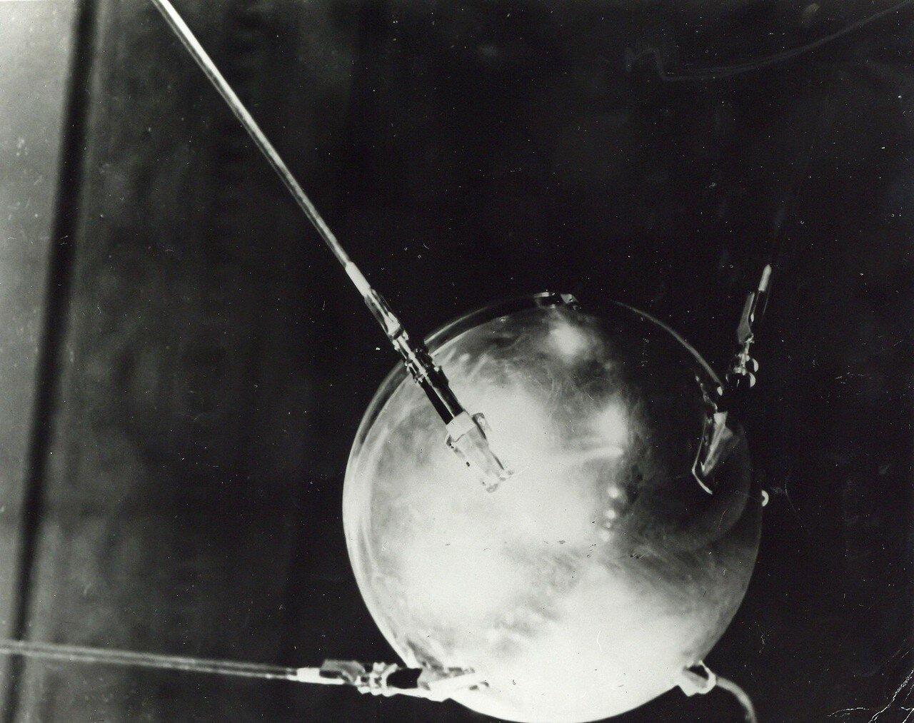 05. 1957, октябрь. Первый в мире искусственный спутник объявил о начале космической гонки СССР и США