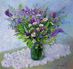 Полевые цветы в банке на белой салфетке.  Работа оформлена.