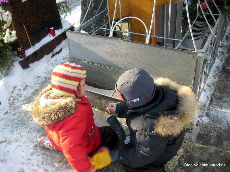6. Дети берут песочек из металлического ящика под крестом
