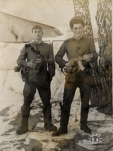А.Филимонов и В.Молодкин в караульном дворике с.Воронино