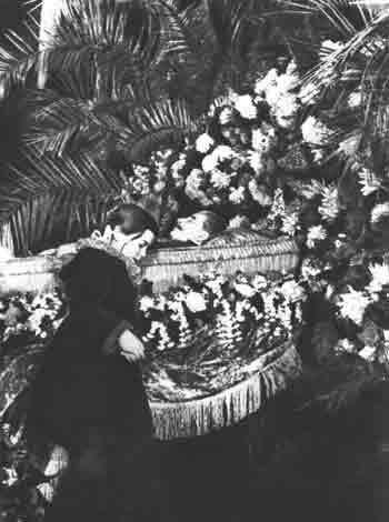 Девочка у гроба Сталина