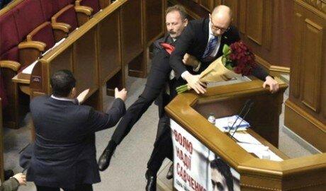 Потасовка в Верховной Раде: Яценюка вынесли из-за трибуны