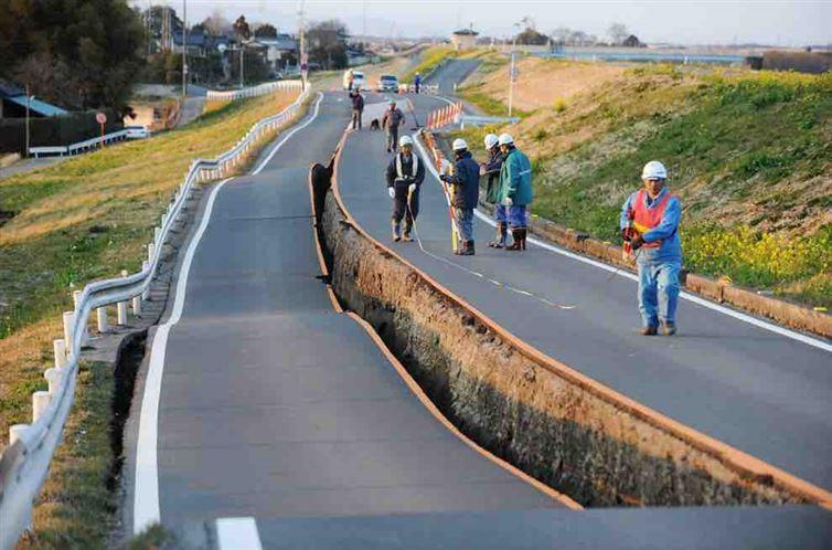 Это действительно случилось в Японии после землетрясения. Видимо, разлом между двумя полосами возник