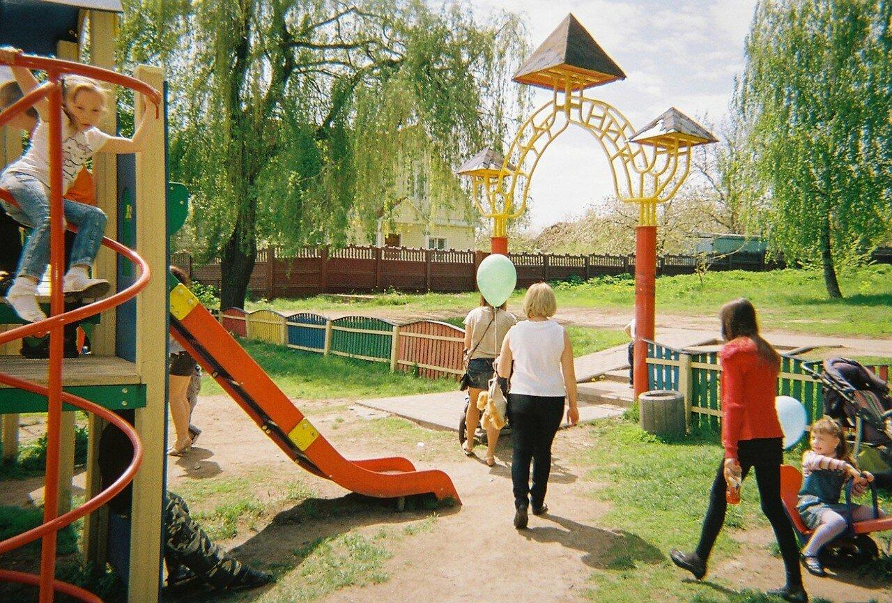 Дети играют в парке в Иванково, административном центре района, прилегающего к зоне отчуждения