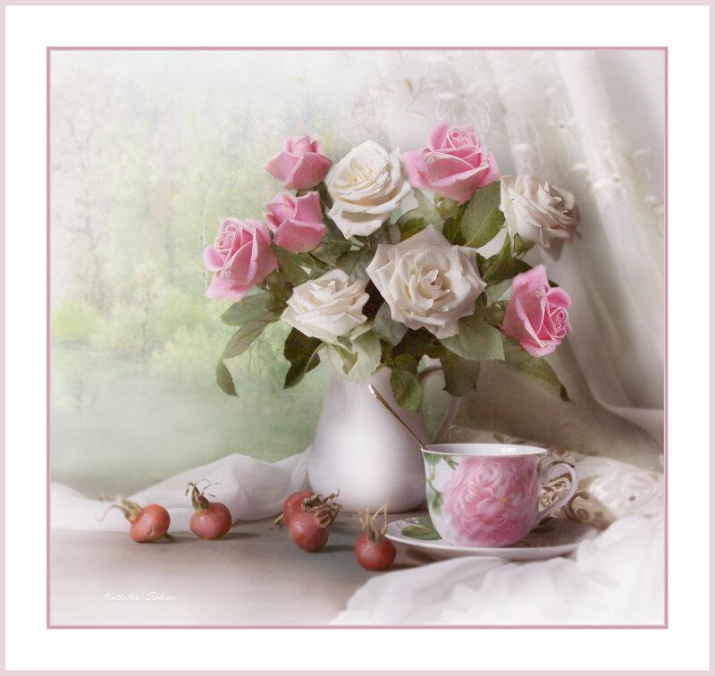 Букет из роз и плоды шиповника