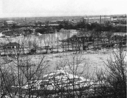 Зона затопления пульпой Куреневки. На переднем плане – территория стадиона «Спартак», далее – здания по улице Фрунзе и территория депо имени Красина. 1961 год