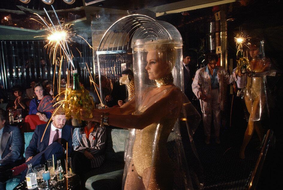1985 A nightspot puts on an eccentric fashion show in Madrid.jpg