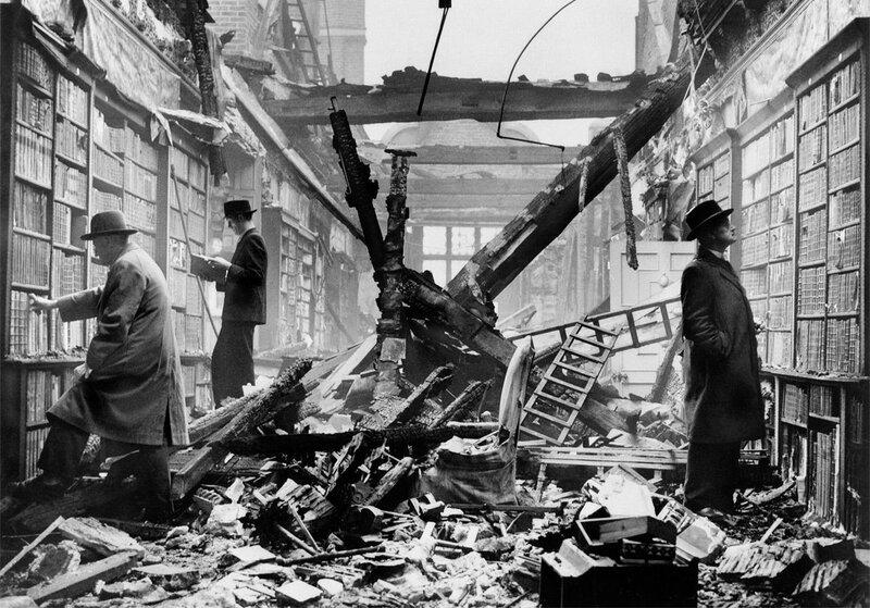 Вторая мировая война. Читатели продолжили посещать библиотеку после того как она была разбомблена. Лондон, 1940 г..Jpg