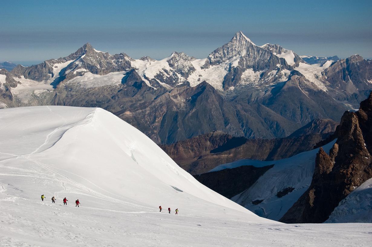 Швейцария. Вале. Горный массив Монте-Роза. Начинающим альпинистам предлагается три классических напр