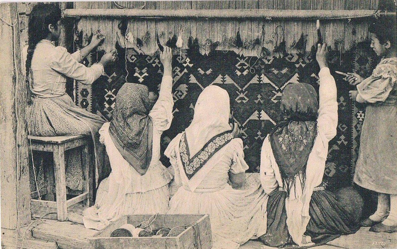 Армянки ткут ковры