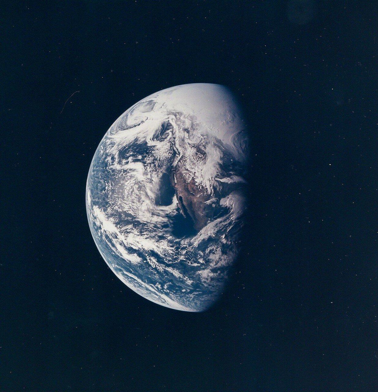 После выхода на орбиту ожидания экипаж «Аполлона-13» снял полетные скафандры и приступил к включению и тестированию всех систем корабля. Тестирование прошло успешно. На снимке: Земля с борта Аполлона 13