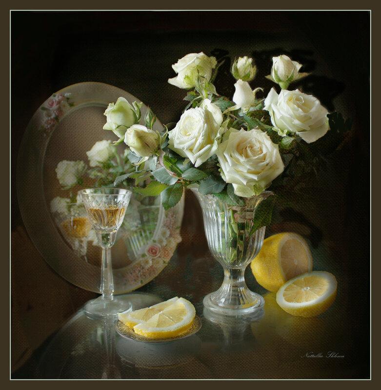 Белые розы на столе с лимоном