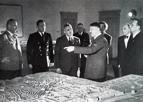 Гюнтер Винс - слева от Гитлера, в глубине