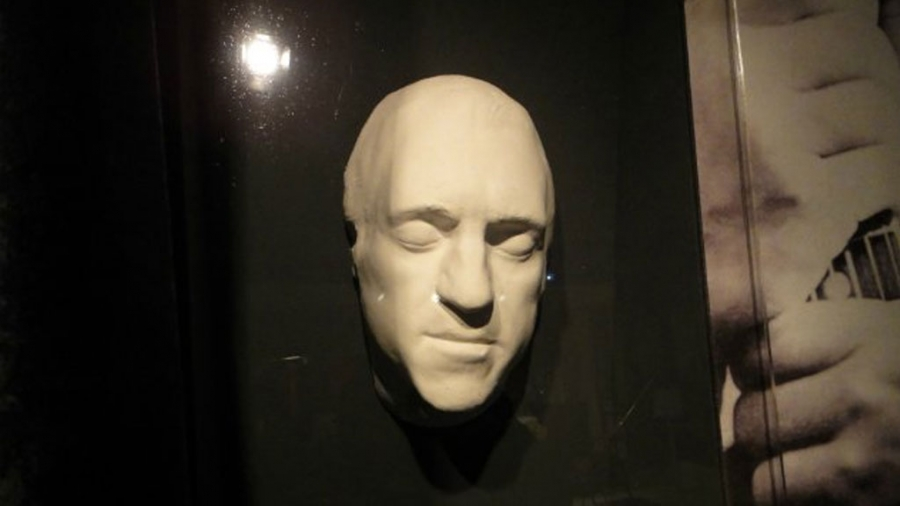 В 2015 году разразился скандал: Влади выставила на аукционе посмертную маску Владимира Высоцкого и е