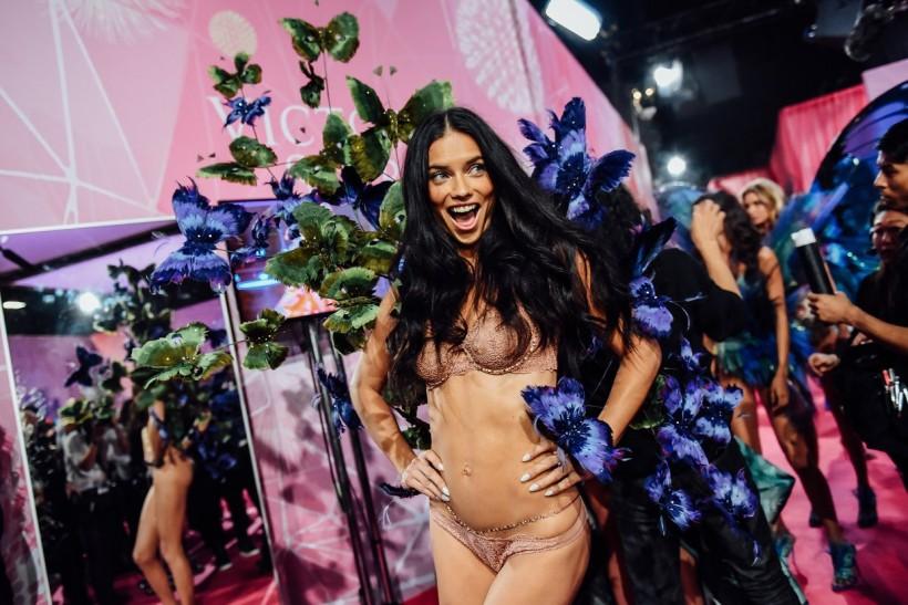 Самые яркие кадры за кулисами шоу Victoria's Secret (31 фото)