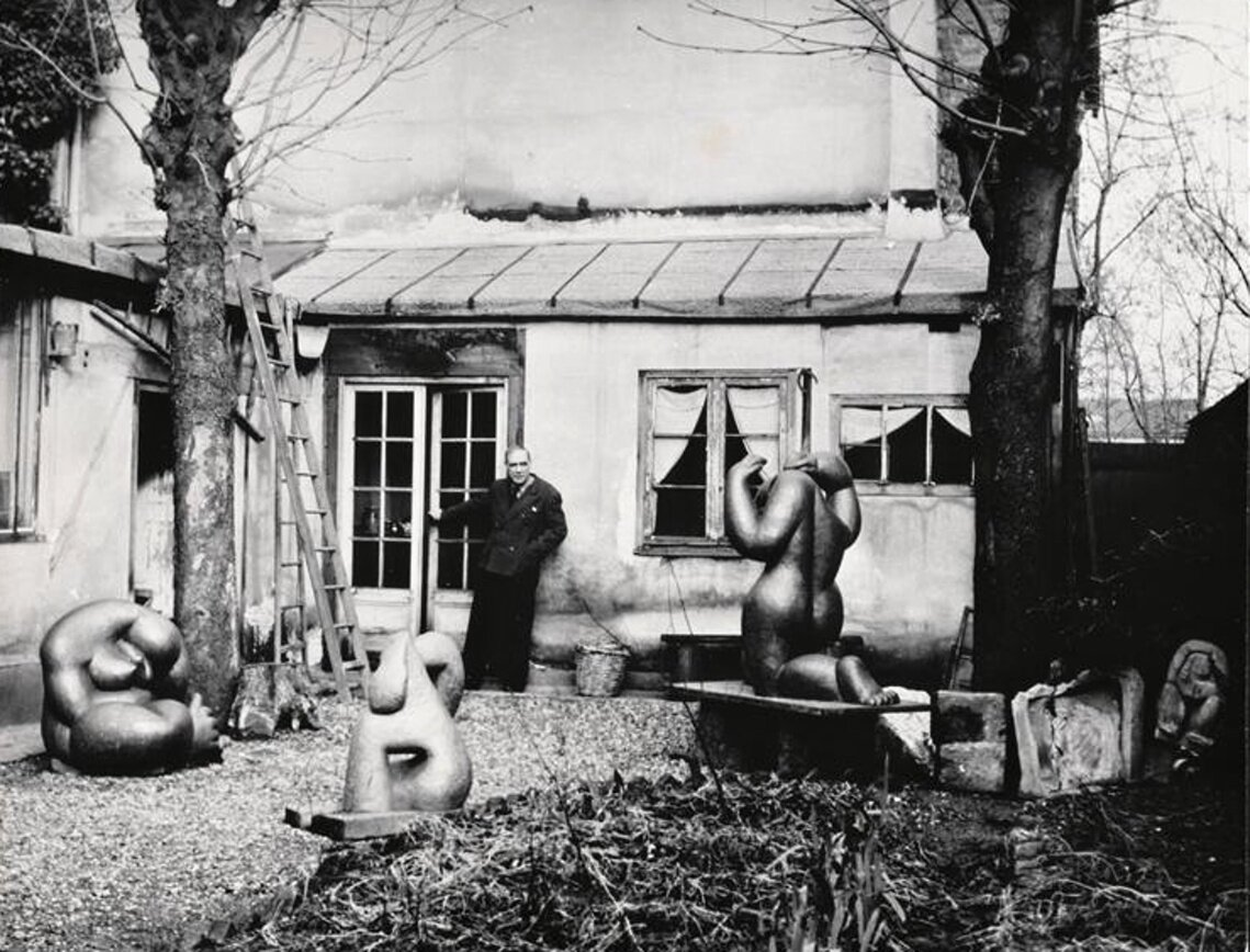 1946. Анри Лоран в саду студии