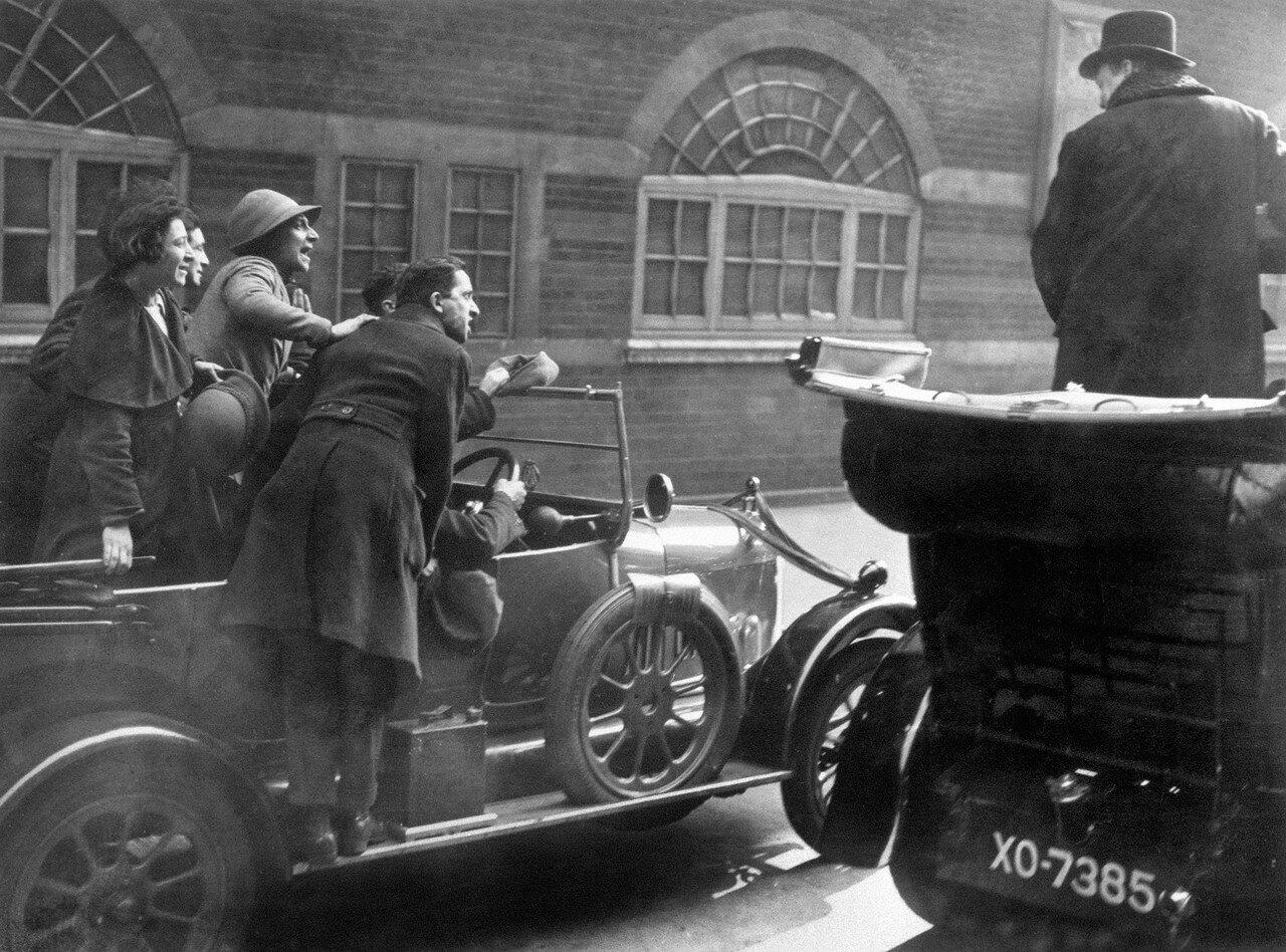 1924. Уинстон Черчилль, крайний справа, стоит в машине под градом насмешек преследовавших его социалистов после поражения на выборах