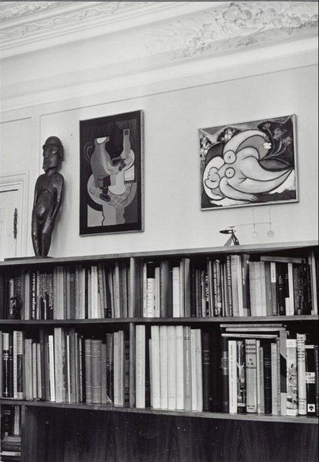 1960. В доме Канвейлера, над книжным шкафом две картины работы Пикассо