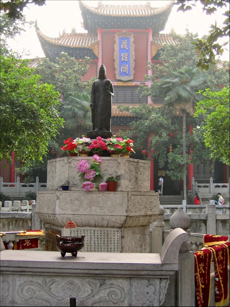 У Павильона собрания сутр, монастырь Гуйюань, Ухань