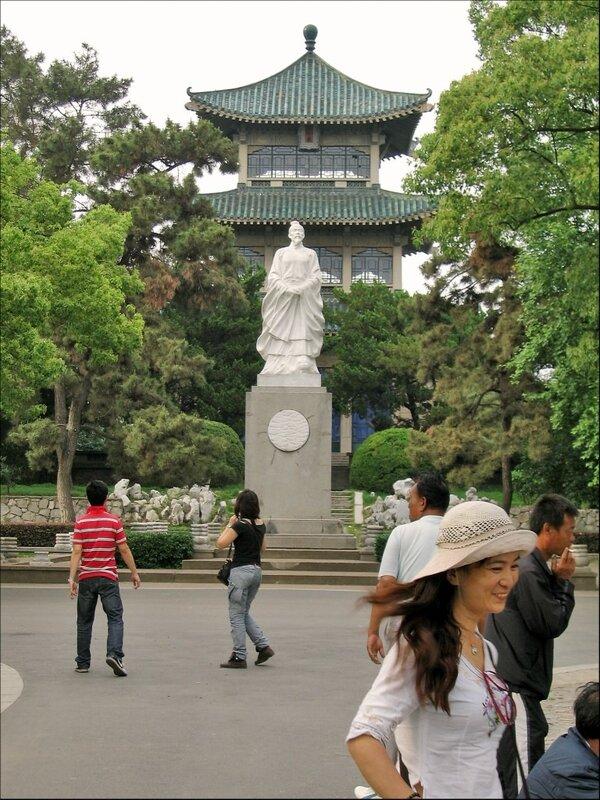 Памятник поэту Цюй Юаню в Тинтао, Ухань
