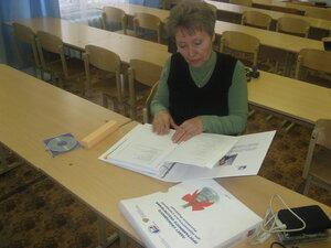 Директор школы, Татьяна Григорьевна, изучает коробку от ALT Linux.