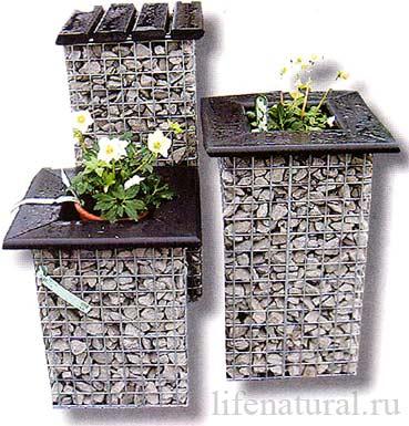 Как украсить двор клумбы своими