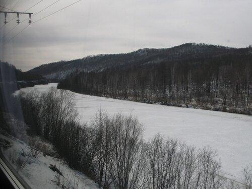 по берегу реки