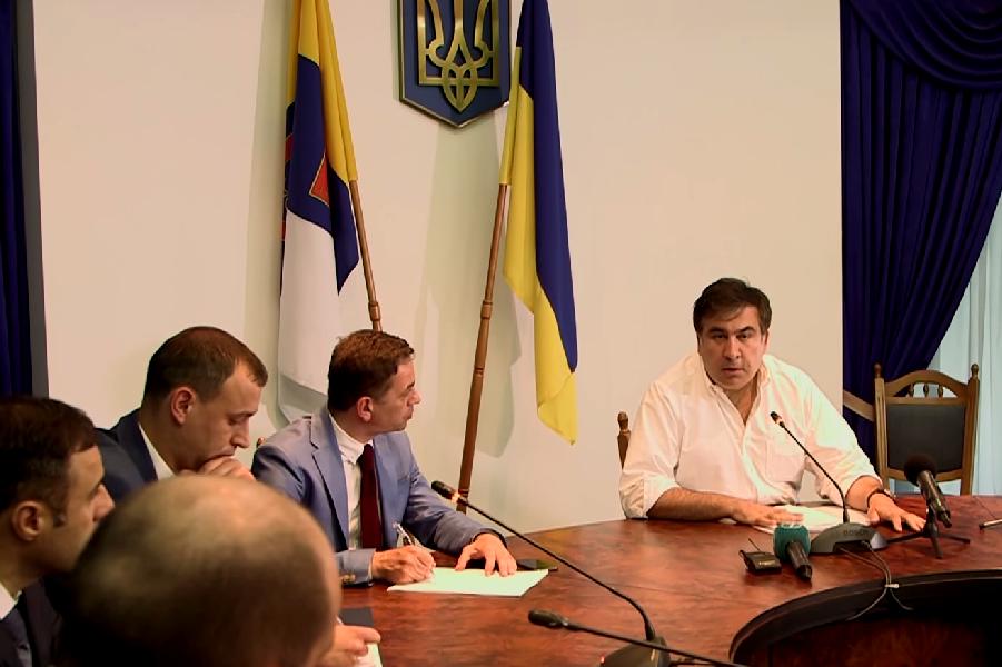 Саакашвили учит прокурора.png