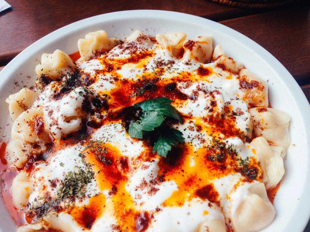 19. Манты по-турецки готовят с говядиной или бараниной и подают в йогурте, масле и с молотым красным