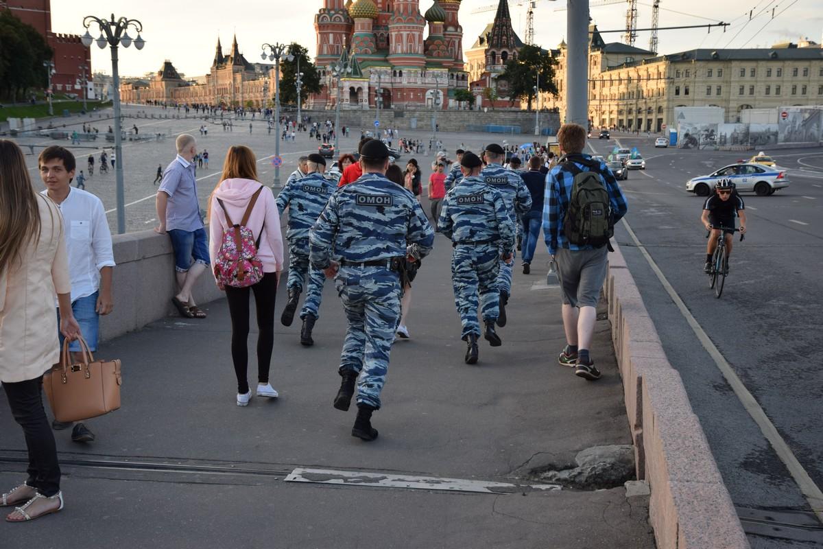 ОМОН бежит по Немцову мосту