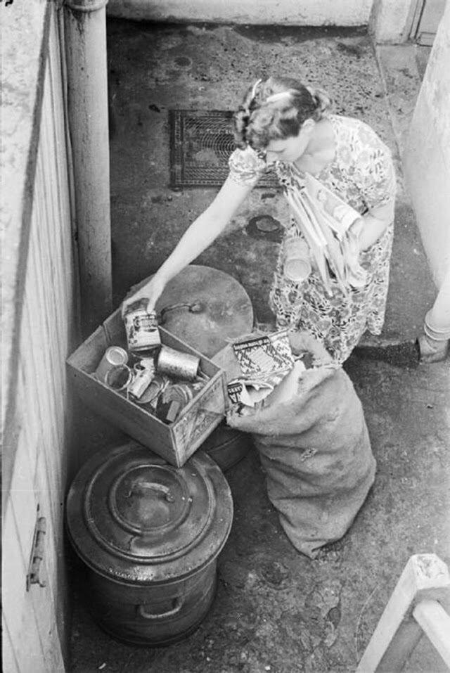 16. Оливия сортирует отходы, отделяя картон и жесть от остального бытового мусора